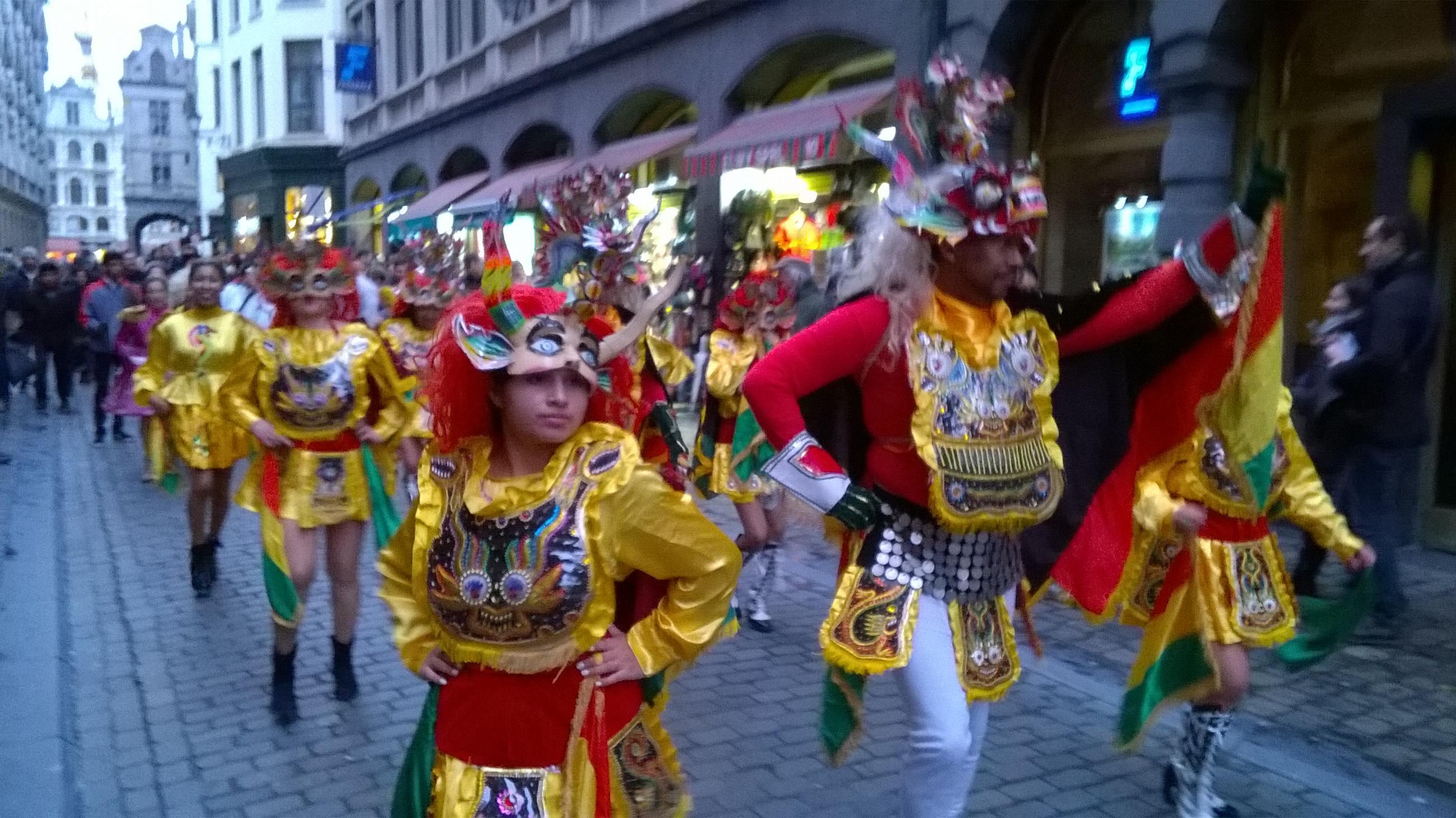 Het Boliviaanse Carnaval de Oruro trok van de Grote Markt naar Manneken Pis.