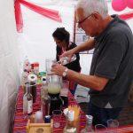 Het bereidingsproces van pisco sour (foto: Tom Van Bogaert).