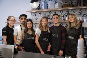 Het team van Café Velvet Brussel: Paulina (links), Yenifer (derde van links) en Ilse (vierde van links).
